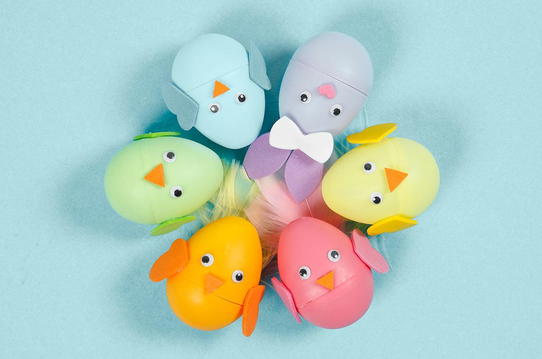 Paasei: paashaas en kuiken van tweedelige gekleurde eieren