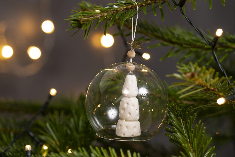 maak zelf kerstdecoraties van zelfhardende klei - kerstboom in bal