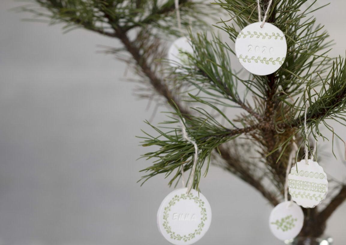 maak je eigen hangende kerstversieringen met gestempelde zelfhardende klei