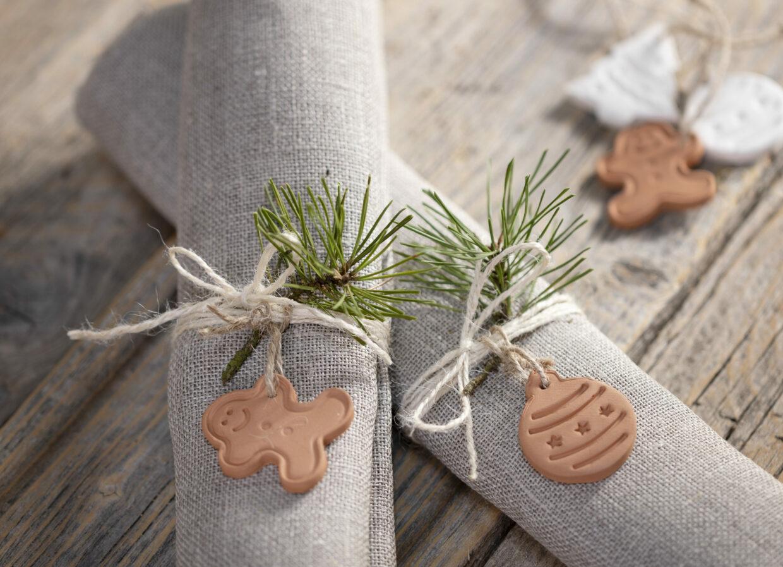 maak je eigen kerstversieringen met zelfhardende klei - decoraties voor servetten
