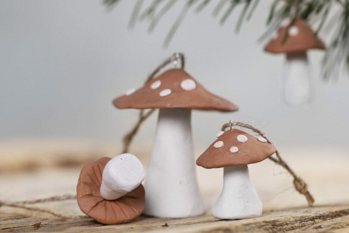 maak zelf kerstversiering van zelfhardende klei - paddenstoelen