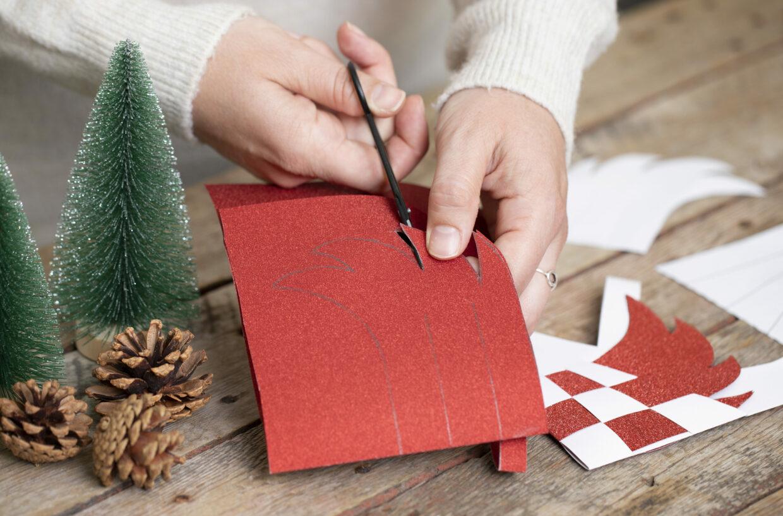 Kerstknipsels voor je eigen kerst met papier, karton en kleine decoraties