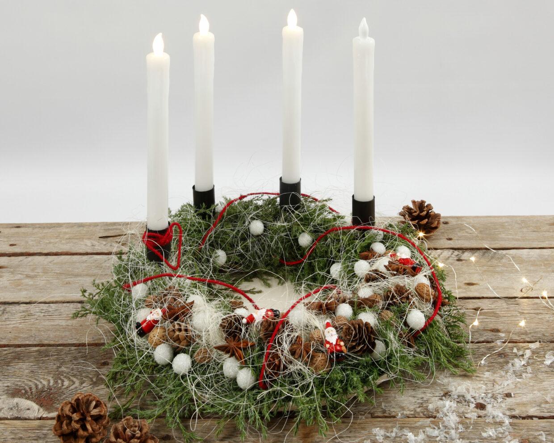 kerstdecoraties met licht en natuurlijke materialen